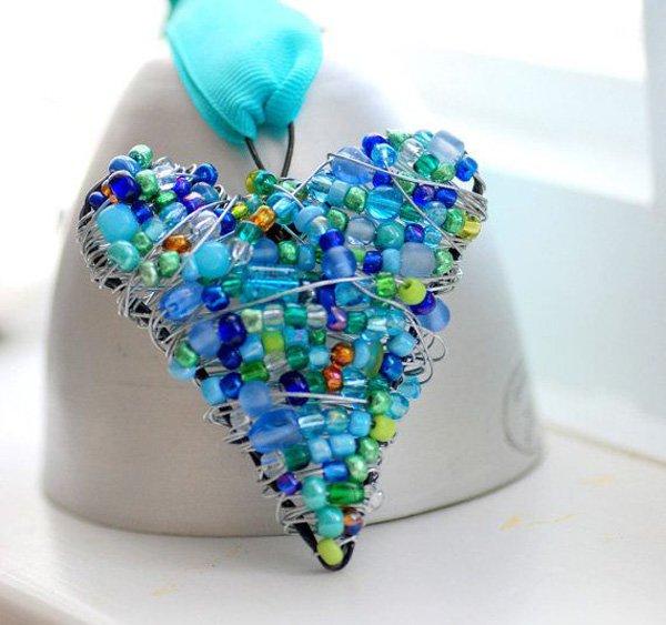 Adorno envuelto en alambre azul con cuentas y corazón verde