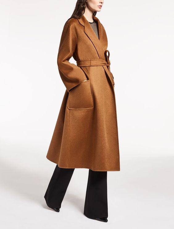 Elegante abrigo con cinturón.