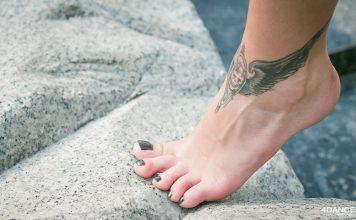 Tattoo am Knöchel des Mädchens
