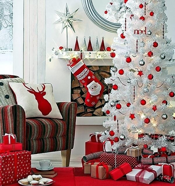 Árbol de navidad blanco junto a la chimenea.
