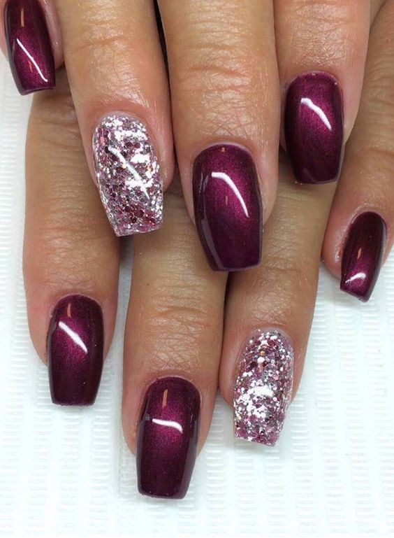 Ungu metalik dalam manicure