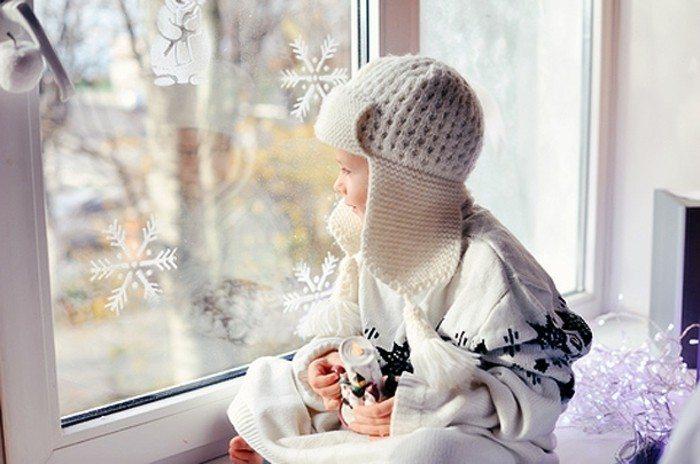 Bebé en la ventana de año nuevo