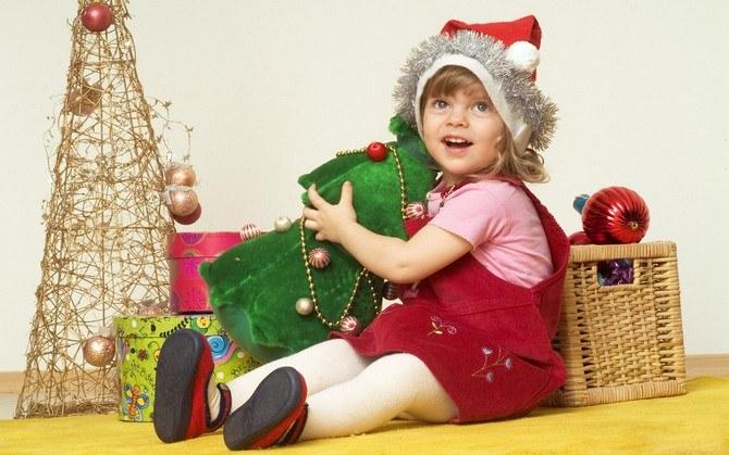 Bebé con adornos navideños.