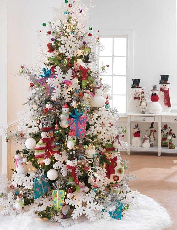Árbol de navidad de lujo en la guardería.