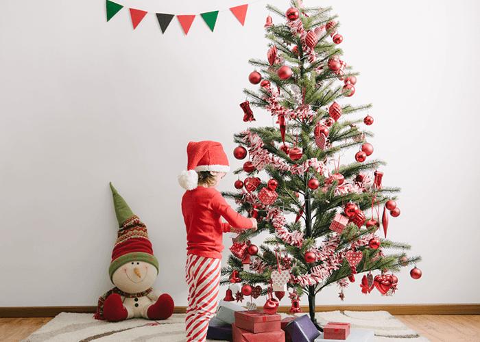 Bebé vestir un arbol de navidad