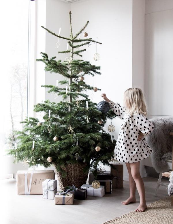 Niña en el arbol de navidad