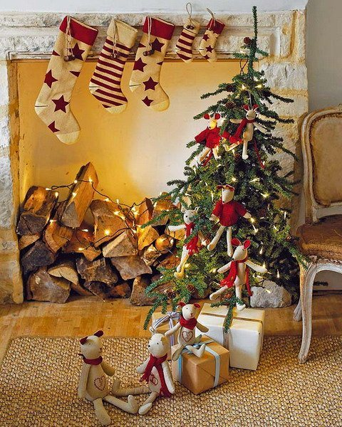 Arbol de navidad junto a la chimenea