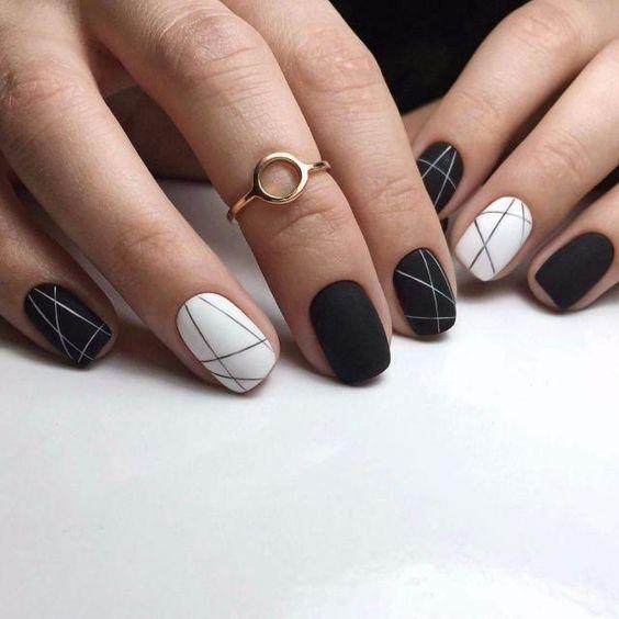 Manicure hitam dan putih yang elegan