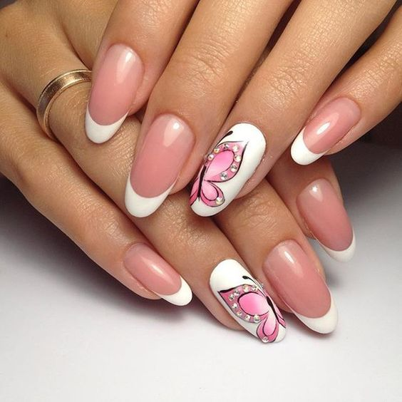 Papillons tendres roses sur les ongles