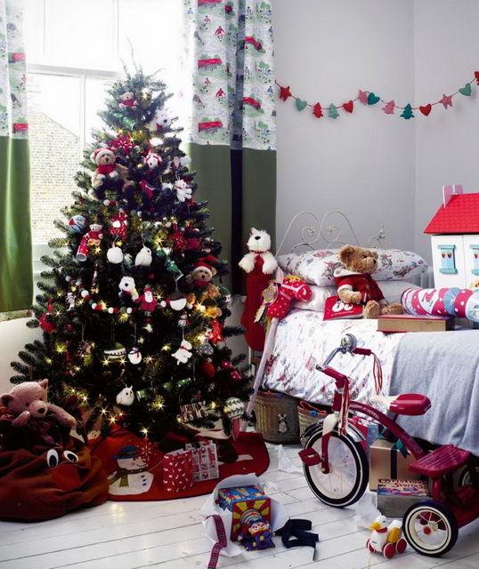 Elegante árbol de navidad en la guardería.