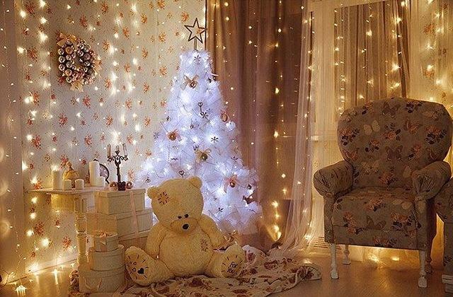 Luces brillantes en la decoración de la habitación.