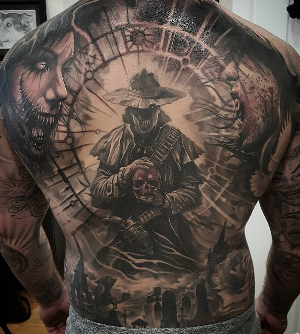 velké tetování na zadní straně