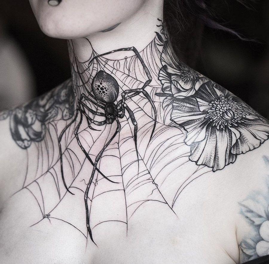 женски врат с татуировка