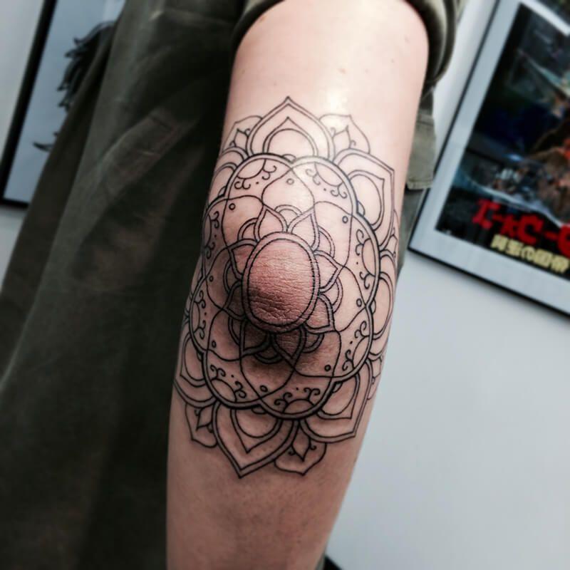 tetování na loktech