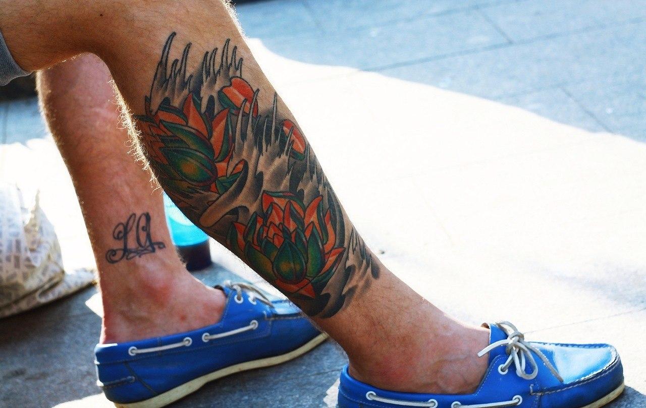 barevné tetování na mužské noze